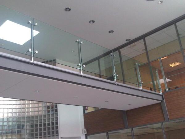 Anclaje barandilla vidrio construm tica - Escaleras con barandilla de cristal ...