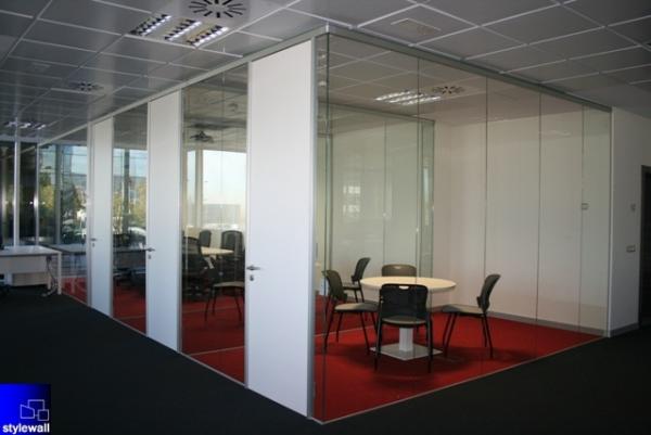 Productos de stylewall mamparas divisorias desmontables de for Mamparas de vidrio para oficinas
