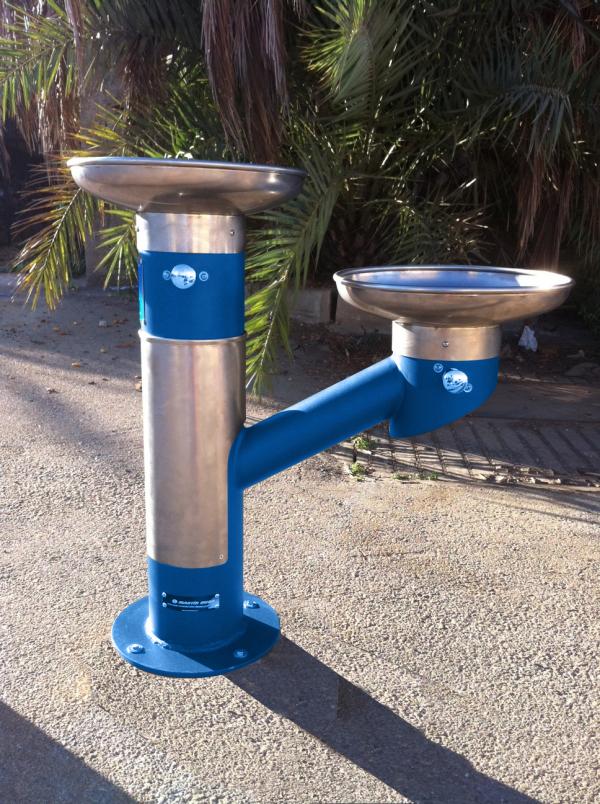 Fuente adaptada para beber agua construm tica for Construccion de piletas de agua
